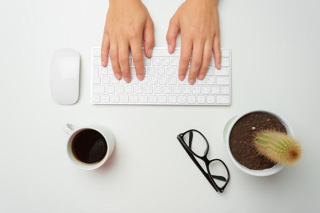キーボードとマウスを使用して女性の手