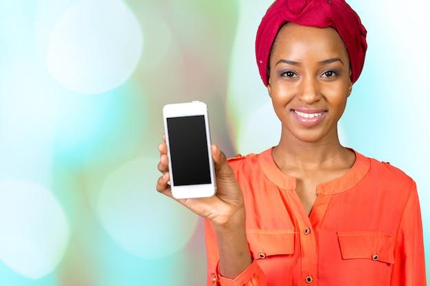 アフリカ系アメリカ人の女性の話とテキストメッセージ