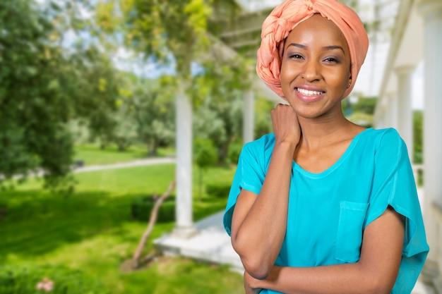 笑顔の若いアフロの美しさ