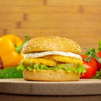 木製の背景にハンバーガー