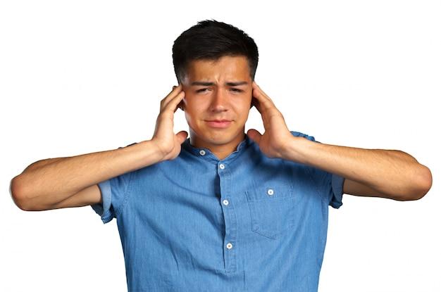 イライラの若い男の手で耳を差し込む