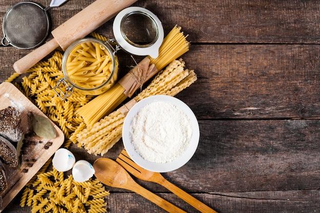 パスタスパゲッティ、小麦粉、卵の古い木製