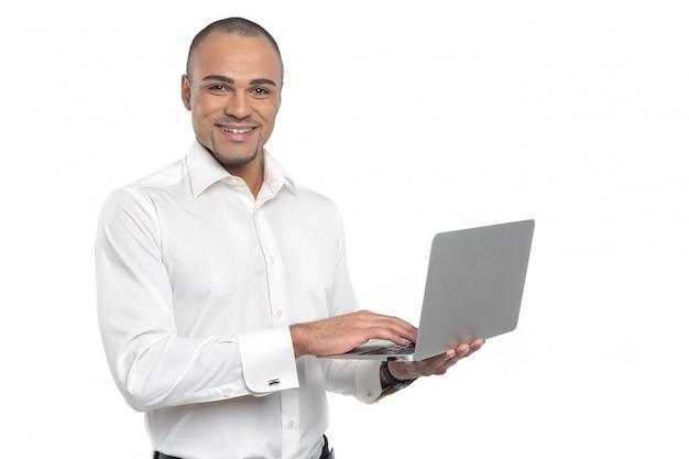 コンピューターのラップトップを使用して若いアフリカ系アメリカ人実業家