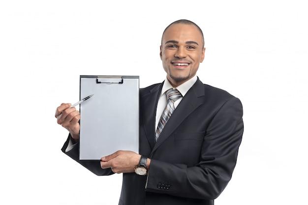 スペースをコピーする彼の手を指している素敵なアフロ実業家