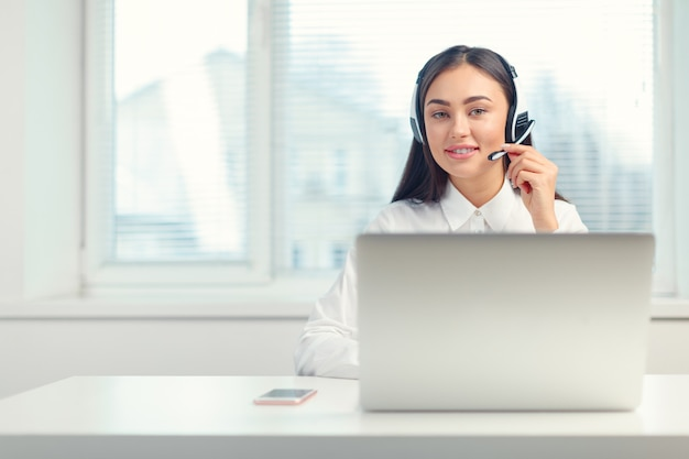 職場のヘッドセットで電話オペレーターをサポート