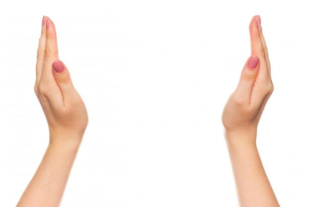 Закройте руки женщины с обтравочный контур