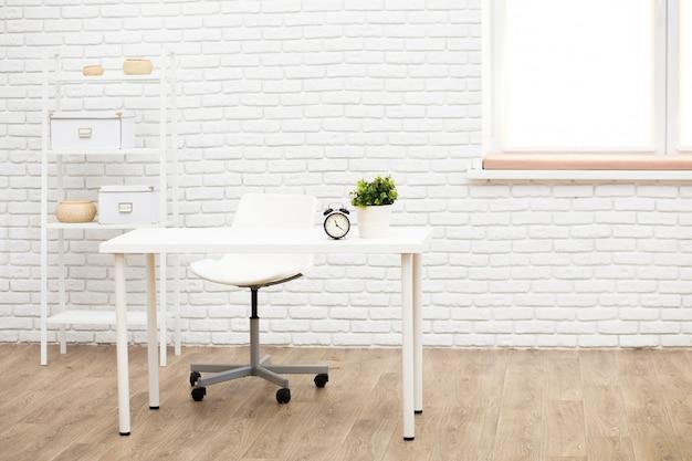 Белый скандинавский интерьер со столом, полками, растениями и декором