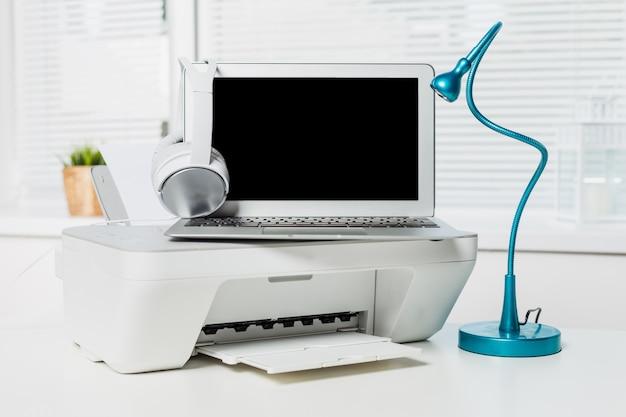 白いホームプリンターと明るいインテリアをクローズアップ