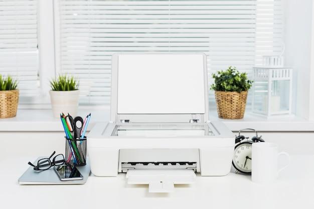 オフィスの机と近代的なオフィス機器のオフィスプリンターとコンピューター