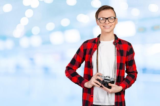 ビンテージカメラを持つ若い男