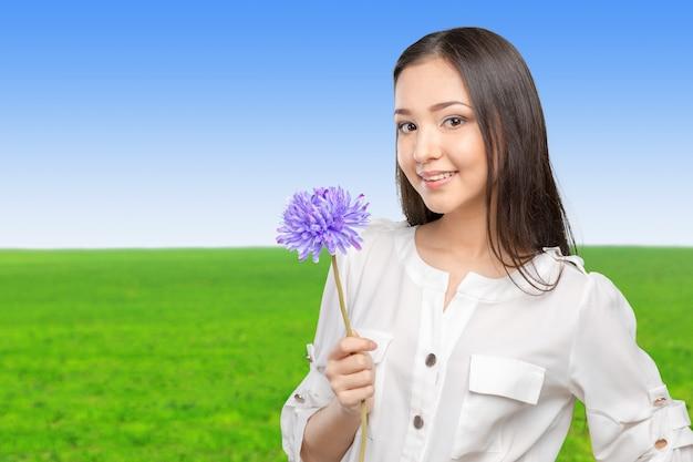 花を持つ若くて美しい女性の写真
