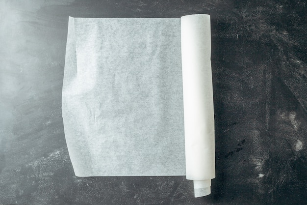 木製キッチンテーブルの上の紙を焼く