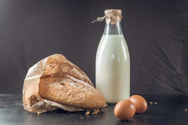 牛乳とパンのガラス