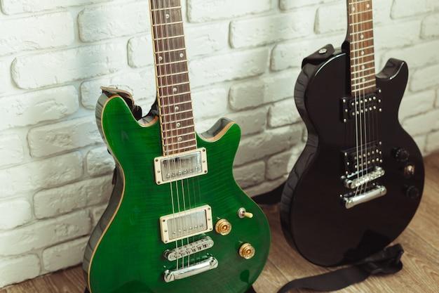 木製のエレクトリックギターのボディとネックの詳細