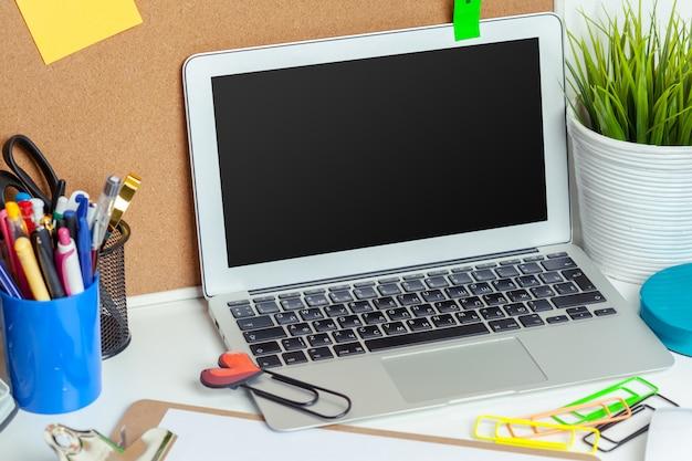 さまざまなカラフルな文房具オブジェクトを持つ創造的な人の職場