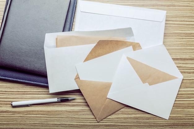 Фото пустой конверт на деревянном