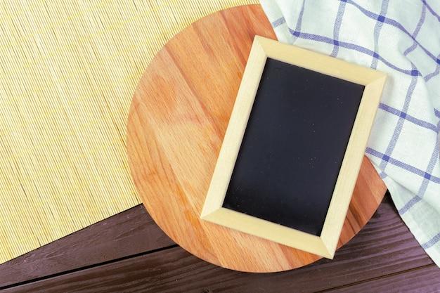 あなたのデザインの小さな木製フレーム空白黒板