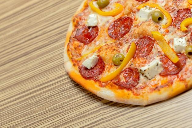 木製のテーブルで美味しいイタリアのピザ