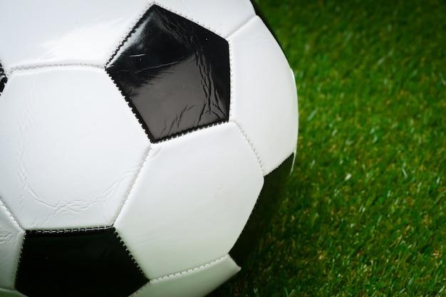 緑の野原でサッカーボール