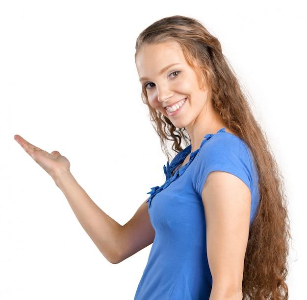 指している若いエレガントな女性