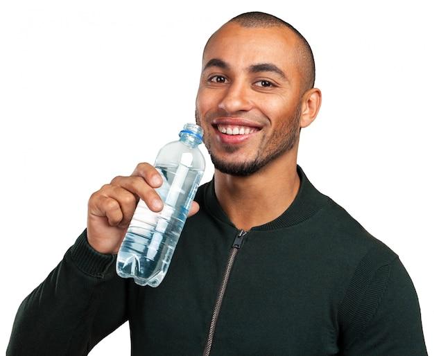 若いクールな黒人男性飲料水