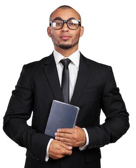 Бизнес черный человек, держащий книгу
