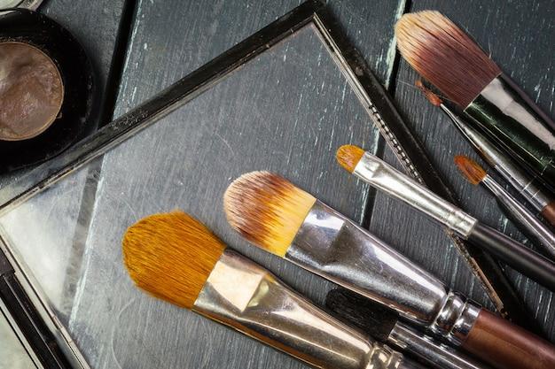 化粧ブラシと化粧アイシャドウ