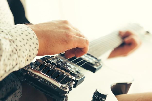 エレキギターを弾く男