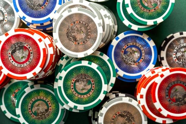 緑のテーブルのポーカー用のカードとチップ