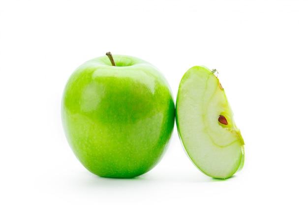 白で隔離されるスライスされた青リンゴ