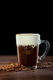 暗い木製の表面にアイリッシュコーヒー