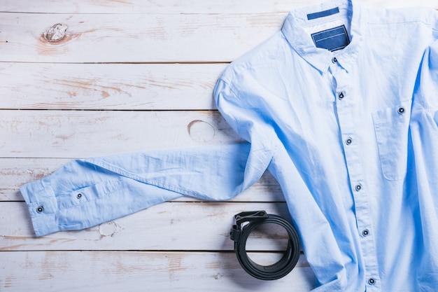 木製の表面テーブルにクールなファッションカジュアルな男性服