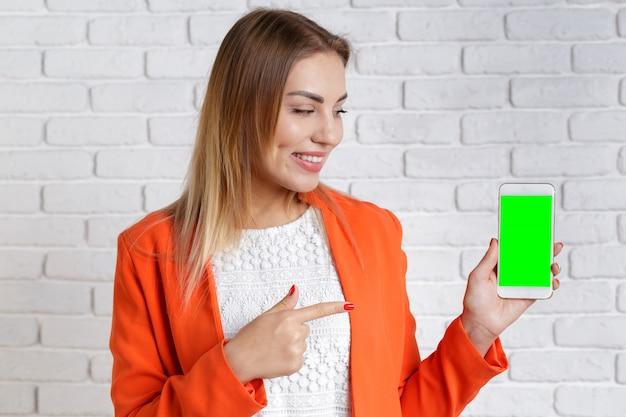 スマートフォンを使用して笑顔の女性の肖像画