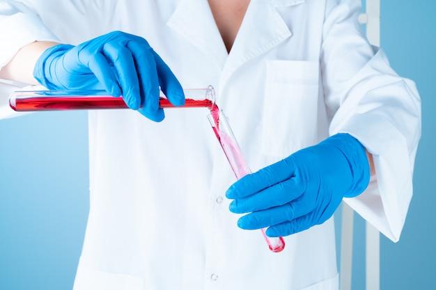 化学実験室での科学実験。カラー液体と試験管