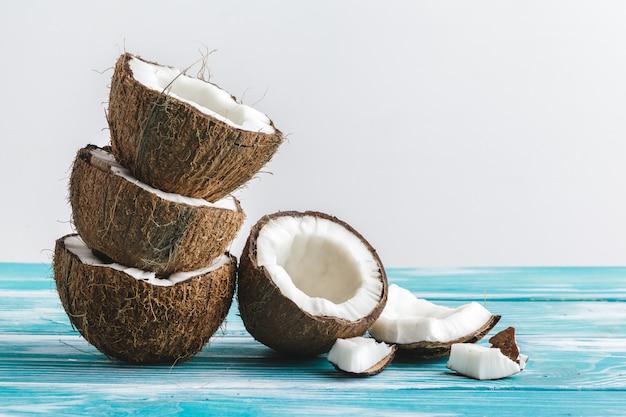 Поврежденные кусочки кокоса с скорлупой крупным планом