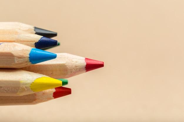 ベージュに色とりどりの鉛筆