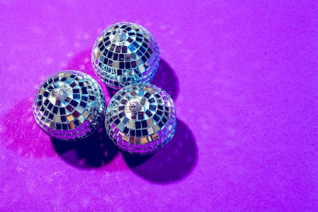 紫に輝くディスコボール