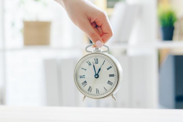 目覚まし時計。起きる時間。