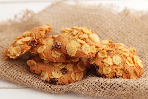 キッチンテーブルの上のカリカリのおいしいクッキーのスタックをクローズアップ