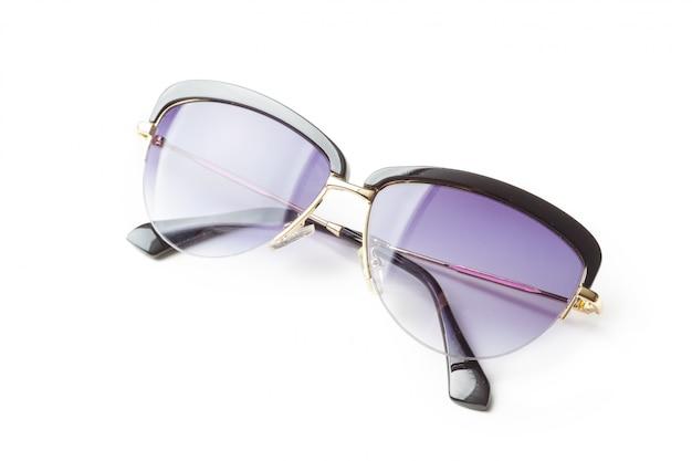 Модные солнцезащитные очки на белом