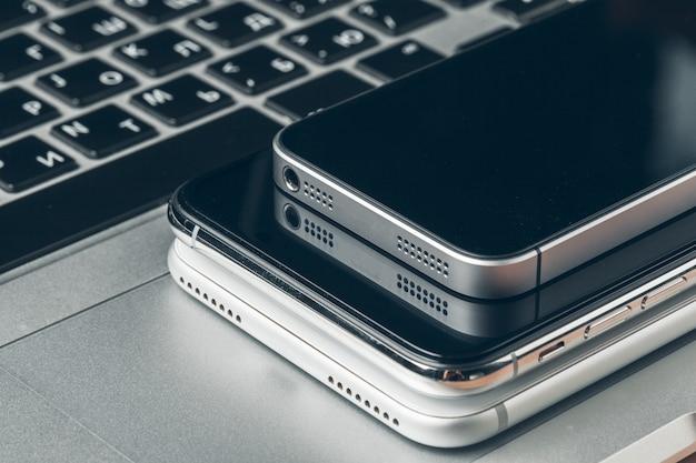 Ноутбук и мобильный телефон на столе.