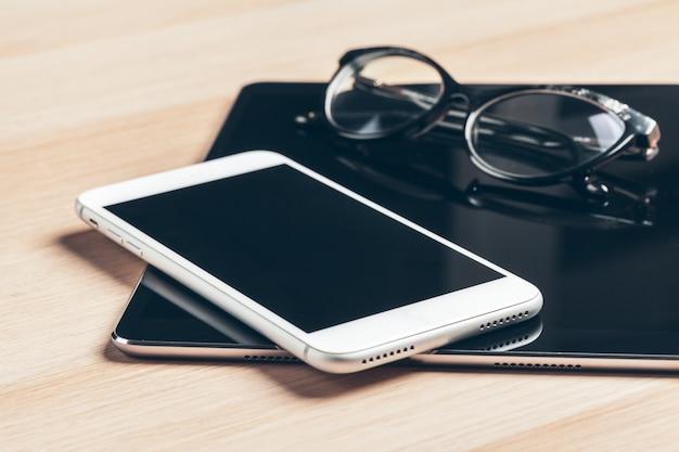 Цифровой планшет и мобильный телефон.