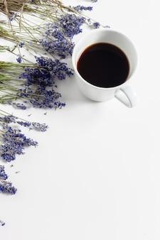 テーブルの上の花の組成とコーヒー