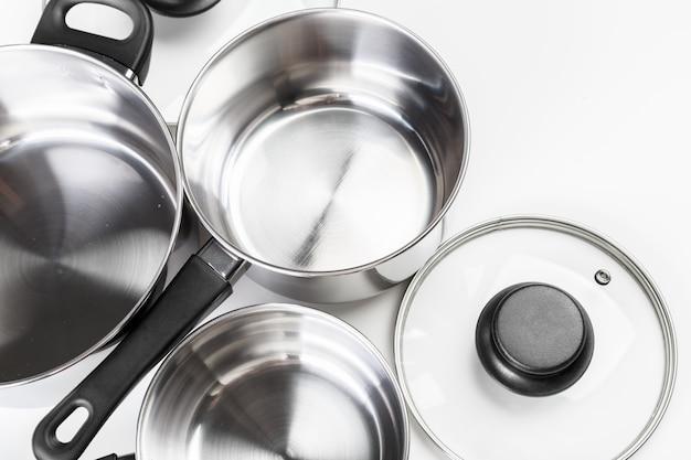 ステンレス鋼の鍋および鍋を白で隔離