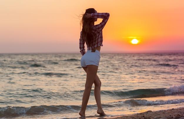 夏を楽しんでビーチで幸せな屈託のない女性