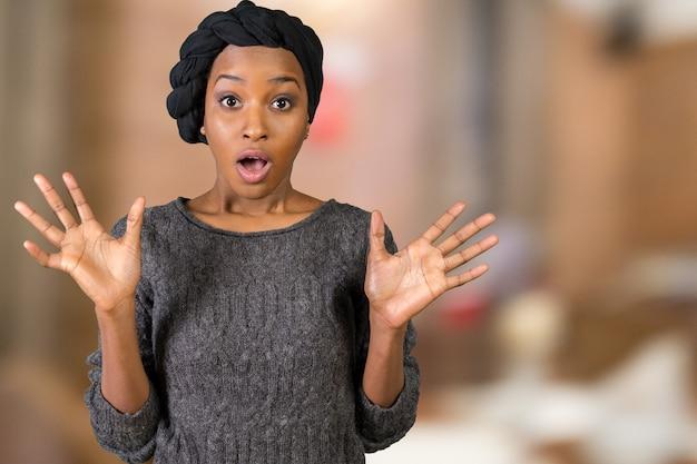 叫んでいるアフロアメリカンの女性の肖像画