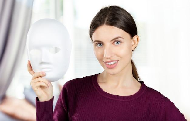 マスクを持つ素敵な女性の肖像画。