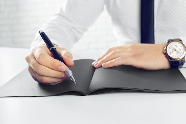 男の学習とノートへの書き込み