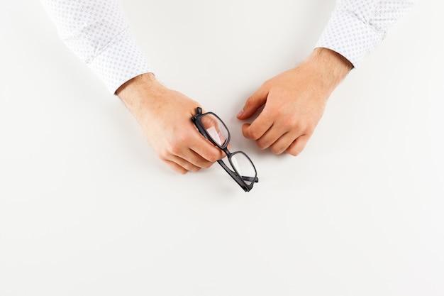 手にメガネ、