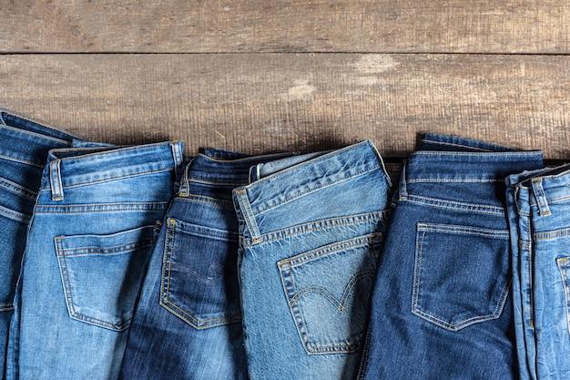 木製の背景にジーンズ